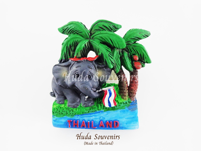 แม่เหล็กติดตู้เย็น ลวดลายช้าง งวงจับชูธงชาติไทยใต้ต้นมะพร้าว วัสดุเรซิ่น ชิ้นงานปั้มลายเนื้อนูน ลงสีสวยงาม