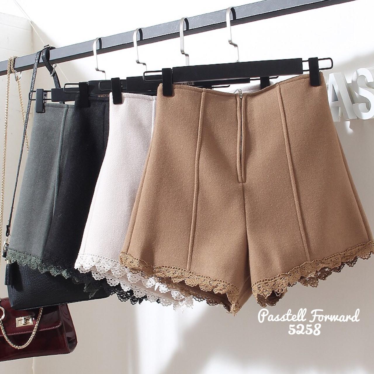 เสื้อผ้าเกาหลีพร้อมส่ง กางเกงขาสั้นเอวสูงแต่งลูกไม้ที่ ชายกางเกง