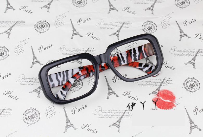 แว่นตาแฟชั่นเกาหลี กรอบดำลายเสือแดงขาว (ไม่มีเลนส์)