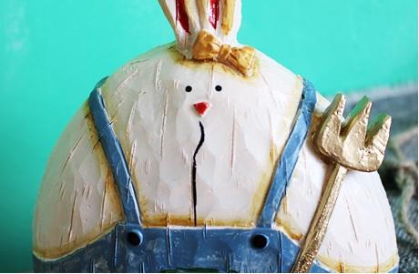 ตุ๊กตากระต่ายใส่เอี๊ยมสีฟ้า