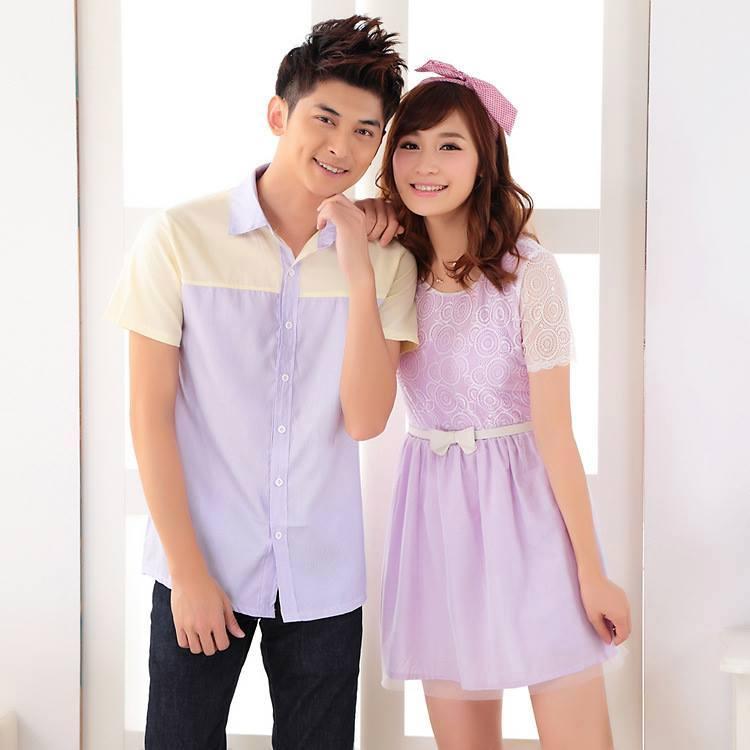ชุดคู่รักสไตล์เกาหลี ผู้ชายเป็นเสื้อเชิ้ตคอปกเเขนสั้น สีม่วงอ่อน ช่วงบนสีเหลืองอ่อน +ผู้หญิงเป็นเดรสสั้นมีเเขนเสื้อ ผ้าลูกผ้าเเบบหวานๆน่ารัก พร้อมเข็มขัดสีขาว
