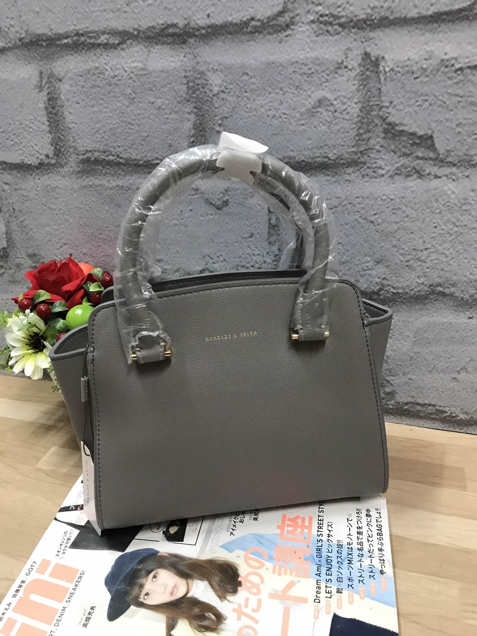 กระเป๋าถือสะพาย อยู่ทรงสวย ขนาดกำลังดี สีเทา CHARLES & KEITH CITY BAG CK2-50780253