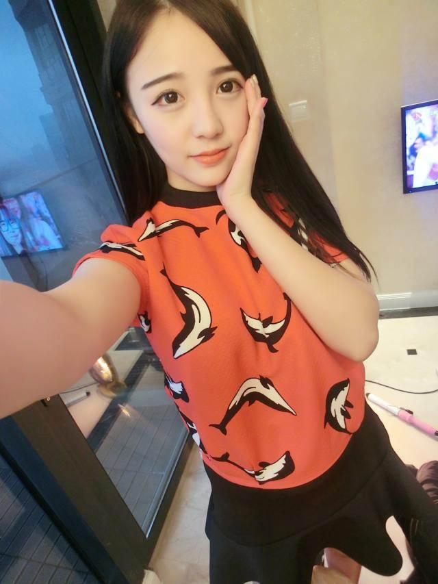 (SALE) เสื้อแฟชั่น สีแดง ลายโลมา