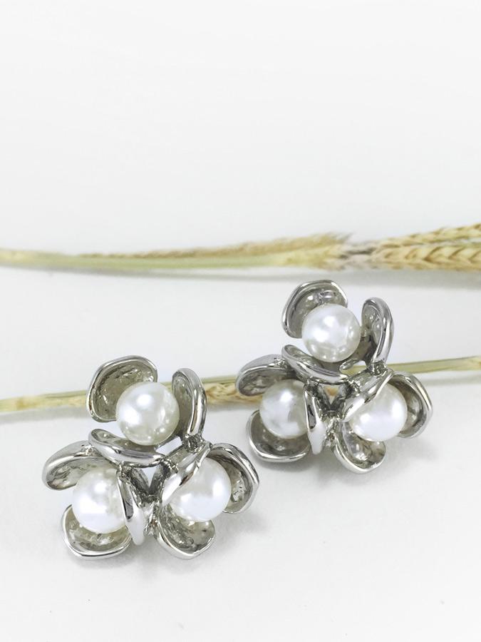 Triplet Pearl Bouquet Earring ต่างหูแฟชั่นเกาหลี ตุ้มหูดอกไม้ สีเงิน เกสรประดับมุก พร้อมส่งค่ะ