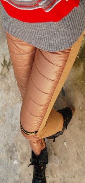 กางเกงขายาวสีกากี แต่งซิปที่เข่าสองข้าง เอวยืด ผ้ามันเงา
