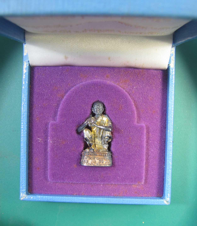 รูปหล่อลอยองค์หลวงพ่อคูณ ลาภ ยศ ทวีคูณ เนื้อเงินสามกษัตริย์ ปี 2538 กล่องเดิม