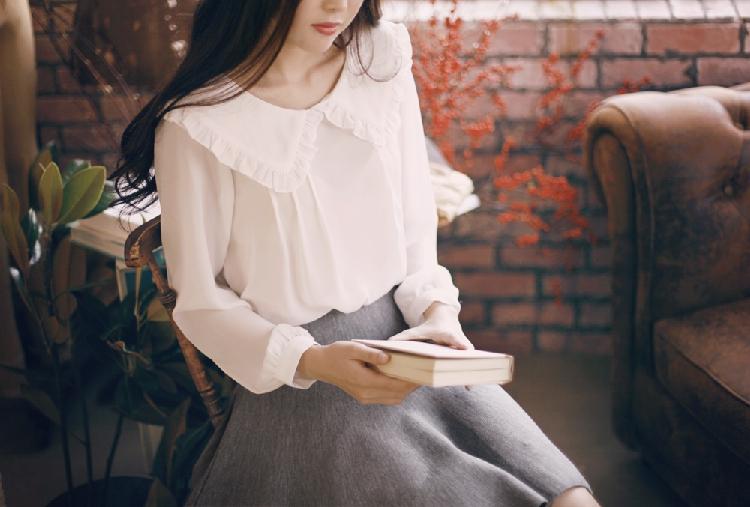 เสื้อสีขาว ผ้ามันลื่นใส่สบายๆ คอปกน่ารักๆแนววัยรุ่น กระดุมแกะจริง แขนยาว ใส่แบบปล่อยๆกับกางเกงยีนส์ หรือใส่ในเสื้อกับกระโปรงหวานๆได้จ้า (ใส่เสื้อกล้ามด้านในเพิ่มนิดนะคะ)