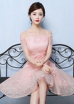 เดรสออกงานสุดหรู ตัวชุดเป็นผ้าลูกไม้ปักสีชมพูโอรส ดีไซน์เปิดไหล่ ปิดต้นแขน ที่เอวแต่งด้วยผ้ารูปดอกไม้