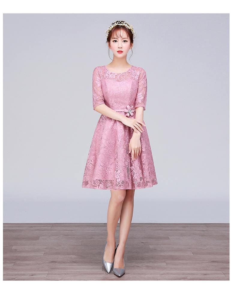 เดรสออกงานสุดหรู ตัวเสื้อผ้าลูกไม้เนื้อดีสีชมพูเข้ม ที่เอว แต่งด้วยผ้าซาตินทำเป็น รูปดอกไม้เหมือนแบบ