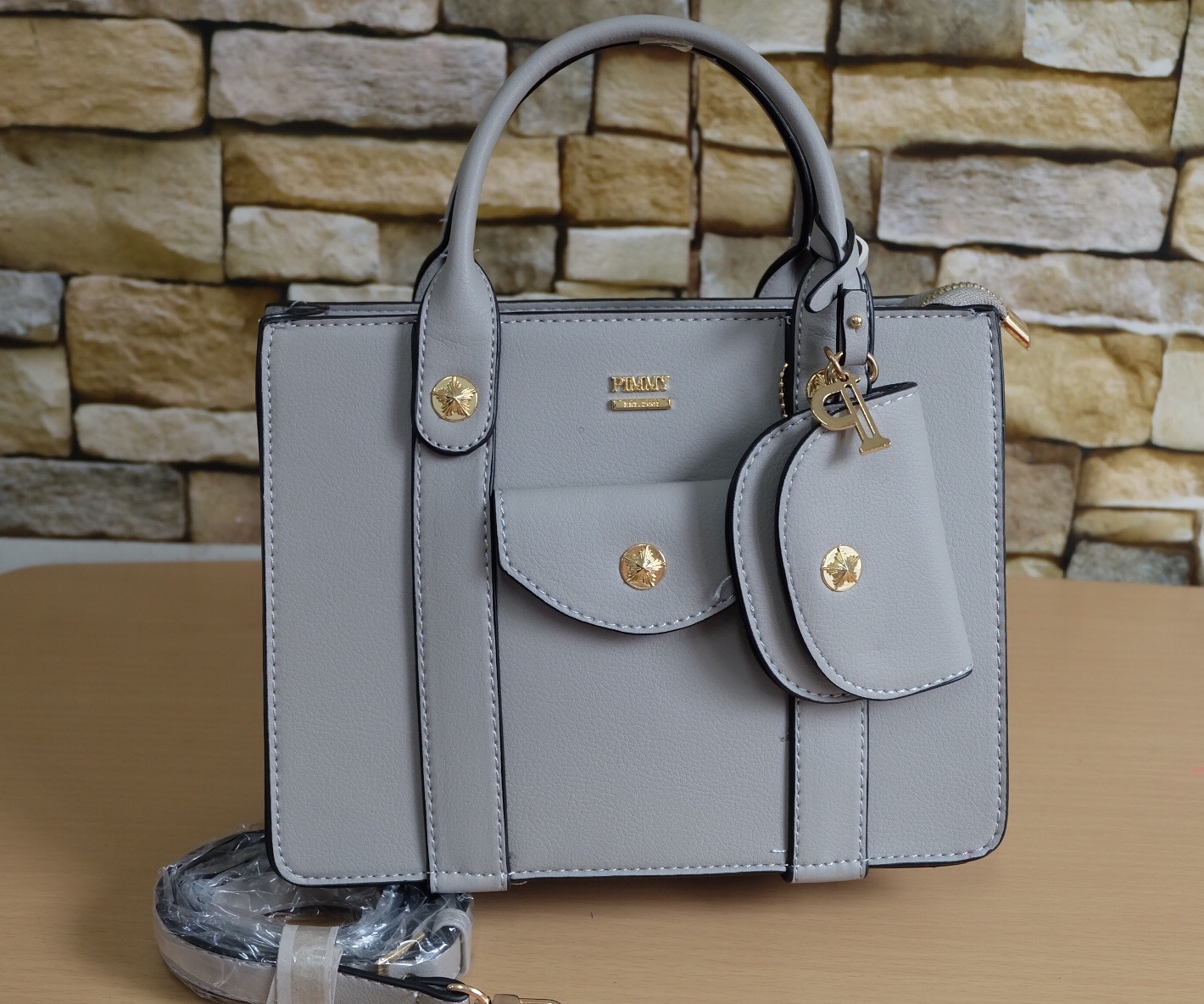 """กระเป๋าแบรนด์ PIMMY 10"""" สูง 7.5"""" ข้าง 4""""นิ้ว เรียบหรู อะไหล่ทองปั๊มทุกจุด ซิบปั๊ม มีช่องเล็ก 1 ช่อง ป้ายห้อยกระเป๋าใบเล็กและอักษร P สีทอง ด้านข้างปั๊มโลโก้"""