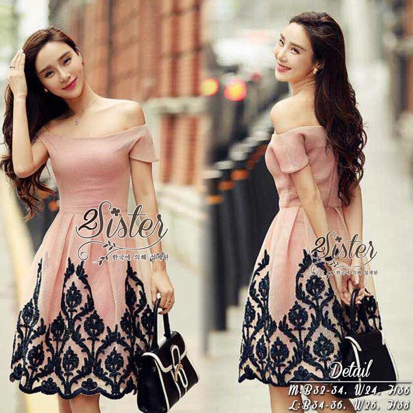 สินค้าพร้อมส่ง 한국에 의해 설계된 2Sister made, Sweet Pink Royalty Vintage Dress เดรสเปิดไหล่ลุคสวยหรู ผ้าถักตาข่ายหนาเกรดดี มีซับในอย่างดีค่ะ ดีเทลแขนสั้น เปิดไหล่โชว์ผิวสวย กระโปรงจับจีบระบายบานสวย ปลายกระโปรงถักเย็บเป็นลายคลาสสิคสวย ใส่ได้หลายโอกาสจร้า งานป้าย