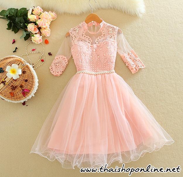 ชุดเดรสออกงาน แขนยาวสามส่วน ตัวชุดผ้าถักลายดอกไม้ สีชมพู ประดับด้วยมุก สีขาว