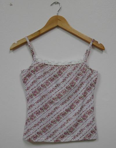 Jp2556 เสื้อสายเดี่ยวผ้ายืดลายดอกไม้โทนสีชมพู สายบ่าปรับไม่ได้ รอบอก 30-34 นิ้ว